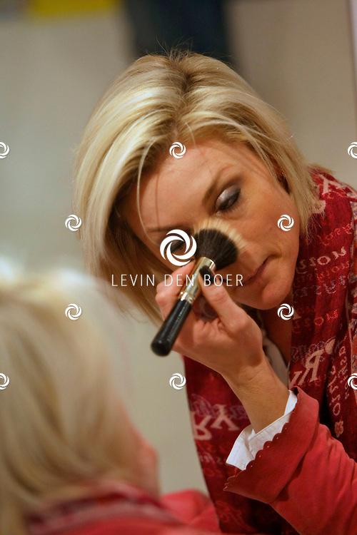 ANTWERPEN - In de kinderkledingwinkel Kayo aan de Museumstraat was een Difrax Mom's Moment georganiseerd. Joyce de Troch poedert haar neus nog even in de spiegel. FOTO LEVIN DEN BOER - PERSFOTO.NU