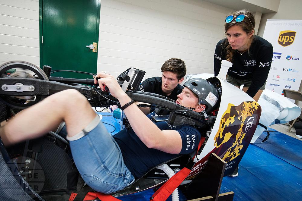 Technici controleren de VeloX 7. Het Human Power Team Delft en Amsterdam, dat bestaat uit studenten van de TU Delft en de VU Amsterdam, is in Amerika om tijdens de World Human Powered Speed Challenge in Nevada een poging te doen het wereldrecord snelfietsen voor vrouwen te verbreken met de VeloX 7, een gestroomlijnde ligfiets. Het record is met 121,44 km/h sinds 2009 in handen van de Francaise Barbara Buatois. De Canadees Todd Reichert is de snelste man met 144,17 km/h sinds 2016.<br /> <br /> With the VeloX 7, a special recumbent bike, the Human Power Team Delft and Amsterdam, consisting of students of the TU Delft and the VU Amsterdam, wants to set a new woman's world record cycling in September at the World Human Powered Speed Challenge in Nevada. The current speed record is 121,44 km/h, set in 2009 by Barbara Buatois. The fastest man is Todd Reichert with 144,17 km/h.
