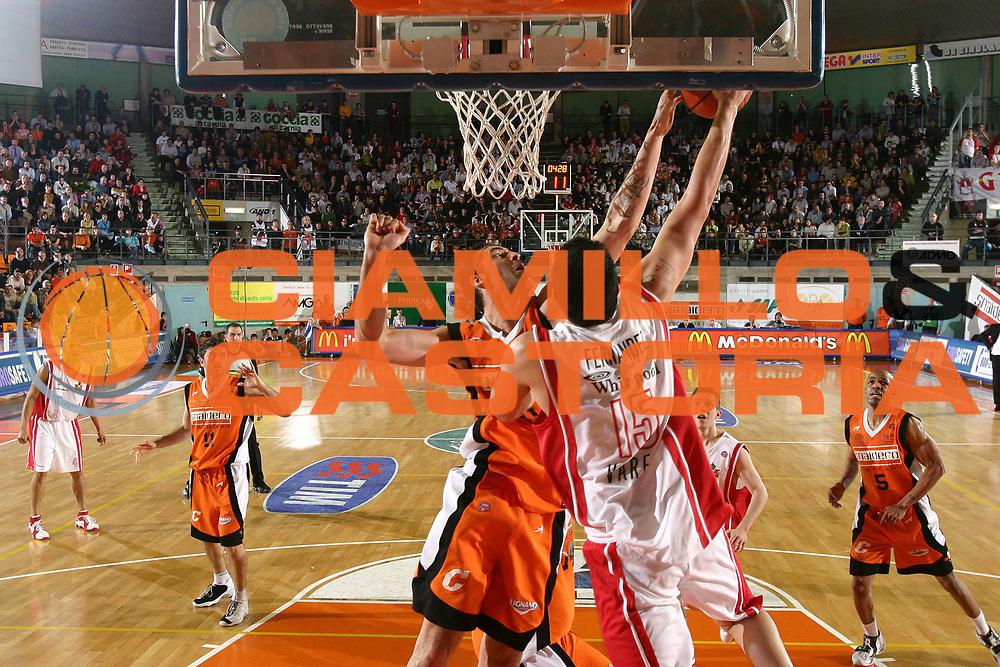 DESCRIZIONE : Udine Lega A1 2005-06 Snaidero Udine Whirlpool Varese <br /> GIOCATORE : Di Giuliomaria <br /> SQUADRA : Snaidero Udine <br /> EVENTO : Campionato Lega A1 2005-2006 <br /> GARA : Snaidero Udine Whirlpool Varese <br /> DATA : 01/04/2006 <br /> CATEGORIA : Stoppata <br /> SPORT : Pallacanestro <br /> AUTORE : Agenzia Ciamillo-Castoria/S.Silvestri