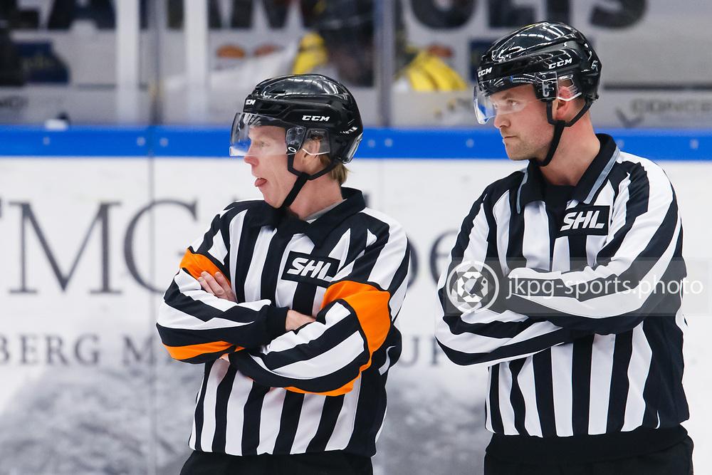 150226 Ishockey, SHL, HV71 - Bryn&auml;s<br /> Domare Pehr Claesson r&auml;ckte ut tungan medans han v&auml;ntade p&aring; att HV71:s vaktm&auml;stare skulle fixa till sargen.<br /> &copy; Daniel Malmberg/All Over Press