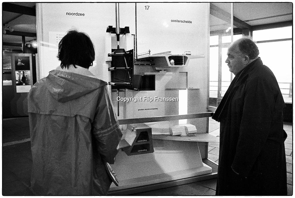 Nederland, Zeeland, 15-1-1986<br /> De hoogwaterkering, stormvloedkering, oosterscheldekering in de Oosterschelde in de eindfase voor de oplevering. In oktober zal de opening, ingebruikname plaatsvinden.<br /> In het voorlichtingscentrum, informatiecentrum, museum<br /> Foto: Flip Franssen/Hollandse Hoogte
