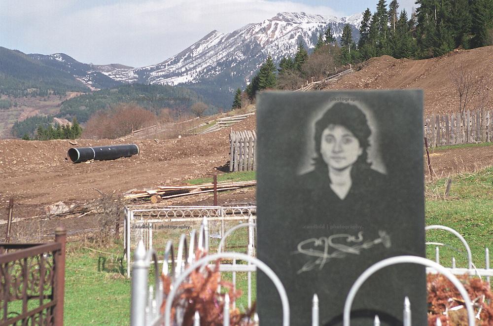 Oberhalb des georgischen Dorfes Sakire (bei Borjomi) liegt ein Segment der im Bau befindlichen BTC Oel Pipeline auf der zukuenftigen Leitungstrasse, direkt neben dem Dorffriedhof. Die Pipeline wird hier in einer stark erdrutschgefaehrdeten Region gebaut...BTC pipeline construction in a land slide area in Georgia.