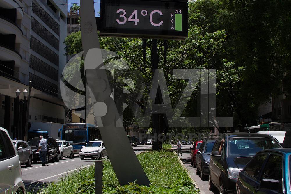 SÃO PAULO-SP-CLIMA TEMPO SÃO PAULO - As temperaturas têm média de 31° na Avenida São João com Ipiranga e pedestres se protegem do calor com sorvetes,água e etcs.Região central da cidade de São Paulo na tarde dessa terça-feira,03.(Foto:Kevin David/Brazil Photo Press)