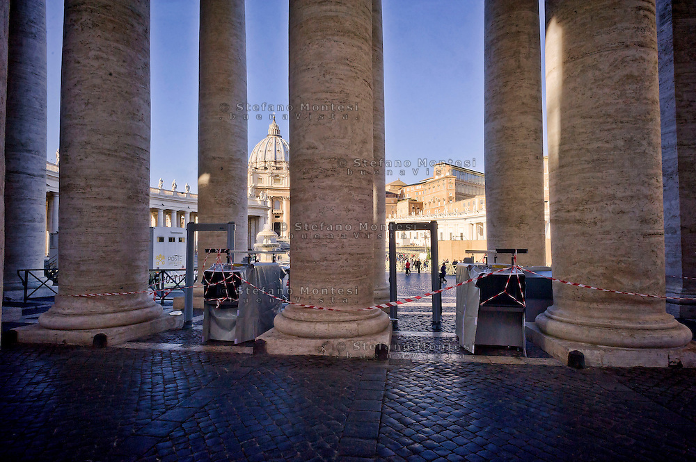 Roma 24 Novembre 2015<br /> Istallazione di  nuovi metal-detecor sotto il colonnato  in piazza San Pietro che si aggiungono a quelli già in funzione in vista dell' apertura dell'Anno Santo della Misericordia.<br /> Rome 24 November 2015<br /> Installation of new metal detectors in the colonnade in St. Peter's Square  in addition to those already in operation in view of the opening of the Holy Year of Mercy.