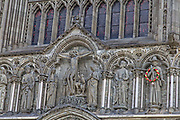 Midtaksen på Vestfronten domineres av Kristus, som jo Nidarosdomen er viet til. Den representerer stammen i et tre, og rekkene med skulpturer skal være greinene på treet. Nederst i midtaksen er en skulpturgruppe med motiv fra korsfestelsen – den korsfestede Kristus, modellert av Wilhelm Rasmussen. Over rosevinduet finner vi et relieff med samme tema som motivet i vinduet, dommedag – den dømmende Kristus. Relieffet er utformet av Stinius Fredriksen. Øverst på vestfrontens gavl er det er relieff med Kristus i triumf – den forklarende Kristus, utformet av Kristofer Leirdal. Om disse skriver Danbolt i sitt verk om Nidarosdomen:  Korsfestelsen representerer frelsens mulighet. I dommedag blir det klart hvordan denne muligheten er benyttet. Og 'Kristus i triumf' skal gi oss et glimt av den himmel som utgjør virkeliggjørelsen av frelsens mulighet. Slik er det Trosbekjennelsens annen artikkel, Kristusdelen, som her er risset opp.»Jesus på korset, den korsfestede Kristus. Vestfronten på Nidarosdomen. Under Olavsfestdagene får skulpturen av apostelen Jakob (t.v.), Sankt Jakob en krans (i likhet med Olav den hellige), fordi han er pilegrimenes skytshelgen. Dvs. på St. Jakobs minnedag 25. juli. Apostelen Jakob (antatt død år 44), var en av Jesutolv apostler og tradisjonelt betraktet som den første apostelen som ble martyr. Han var sønn av Sebedeus og Salome og bror til Johannes. Han er også blitt kalt for Jakob den store eller Jakob den eldre for å skille ham fra apostelen Jakob, sønn av Alfeus og Jakob, Jesu bror, også kalt for Jakob den rettferdige. Apostelen Jakob er skytshelgen av Spania og er således ofte identifisert som Santiago, et spansk navn avledet fra spanske santo, «hellig», og Yago, en gammel spansk form av det bibelske navnet Jakob. Navnet Jakob kommer enten fra et hebraisk rotord עקב ʿqb i betydningen «å følge, å være tilbake», men også «erstatte, overliste, angripe», eller fra ordet for «hæl», עֲקֵב ʿaqeb, «de