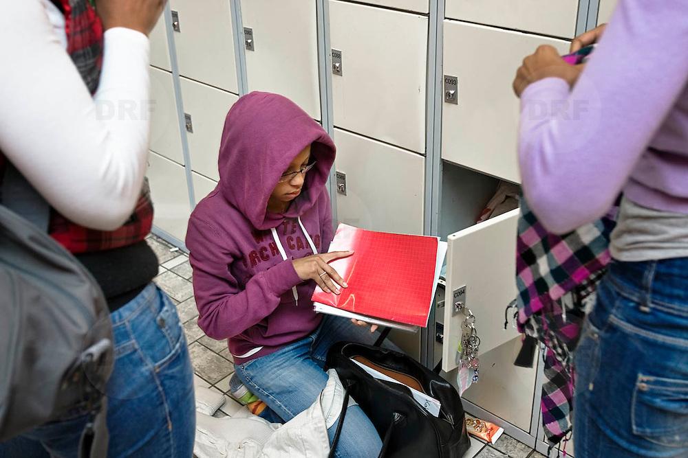 Nederland Rotterdam 23-09-2009 20090923 Serie over onderwijs,   openbare scholengemeenschap mavo, havo en vwo. Meiden wisselen boeken bij lockers, tussen de lessen.                                                .Foto: David Rozing