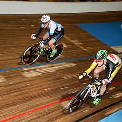27-12-2014: Wielrennen: NK Baanwielrennen: Apeldoorn Melvin van Zijl (onder) en Didier Caspers kleurden de puntenkoers