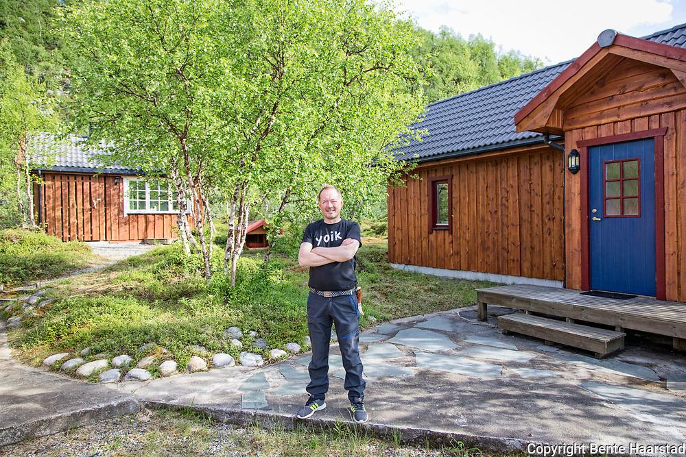 Johan Sara Jr., komponist og musiker, og joiker, Masi i Kautokeino kommune, Finnmark. Masi kalles M&aacute;ze p&aring; nordsamisk. Johan Sara jr. (f&oslash;dt 1963 i Kautokeino og oppvokst i Alta) er en samisk musiker (gitar og joik) og en sentral samisk komponist, produsent, l&aelig;rer, arrang&oslash;r, skuespiller og ut&oslash;ver av samtidsmusikk med r&oslash;tter i samisk tradisjon. Han har studert klassisk gitar ved Musikkonservatoriet i Troms&oslash;, samt musikkpedagogikk, og har undervist ved Samisk h&oslash;gskole i Kautokeino. Sara jr. leder &laquo;J.S. &amp; Group&raquo;, som ga ut Ovcci vuomi ovtta veaiggis (DAT, 1995). Med ny besetning (Geir Lysne bl&aring;s, Knut Aalefj&aelig;r tromme, Erik Halvorsen tangent) utkom Boska (DAT, 2003), med et musikkuttrykk beskrevet som punk-joik-jazz.[2] Den neste plata heter Orvo&scaron; (2009) fra Johan Sara jr. Group.<br /> Orkesteret har en omfattende turn&eacute;liste internasjonalt. I 2010 turnerte han i Japan der han spilte for utsolgte hus i Osaka og Tokyo, hvor han skulle holde tilsammen fire konserter. Sommeren 2011 spilte han p&aring; Roskildefestivalen, der han h&oslash;stet massiv applaus fra et oppl&oslash;ftet festivalpublikum, for sin oppjazzede joik med et band best&aring;ende av blant andre Terje Johannessen. Samme &aring;r ble ogs&aring; tildelt Edvardprisen 2011, fra TONO, for albumet Transmission &ndash; Rievdadus i &aring;pen klasse, under Ultimafestivalen. Johan Sara Jr. is one of the world&rsquo;s best performers in one of Europe&rsquo;s oldest song traditions, Sami music from the Arctic, the joik. His unique combination of joik and contemporary elements provides a hypnotic and meditative sound, which has been praised both at home and abroad, and his latest album, Orvo&scaron;, has confirmed his position as a vital, fresh and genre free innovator. <br /> Johan Sara Jr. was born in Alta and grew up with reindeer herders on the vast snow-covered tundra in the arctic north. He is now settled in the