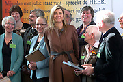 Koningin Maxima is eregast tijdens de viering van het vijfjarig bestaan van de vrijwilligersorganisatie Schuldhulpmaatje in de Hooglandse kerk. Tijdens het bezoek sprak zij met de vrijwilligers van de landelijke vereniging over de manier waarop zij mensen met schulden benaderen en begeleiding bieden. <br /> <br /> Queen Maxima is guest of honor at the celebration of the fifth anniversary of the volunteer organization debt relief buddy in the Highland church. During the visit she spoke approach with the volunteers of the national association about the way they people in debt and offer guidance.
