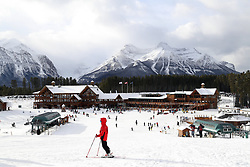 29.11.2017, Lake Louise, CAN, FIS Weltcup Ski Alpin, Lake Louise, Abfahrt, Damen, 2. Training, im Bild Skifahrer auf der Piste bei der Whiskyjack Lodge mit Blick auf die umliegende Berge // Skiers on the slopes at the Whiskyjack Lodge overlooking the surrounding mountains in action during the 2nd practice run of ladie's Downhill of FIS Ski Alpine World Cup at the Lake Louise, Canada on 2017/11/29. EXPA Pictures © 2017, PhotoCredit: EXPA/ SM<br /> <br /> *****ATTENTION - OUT of GER*****