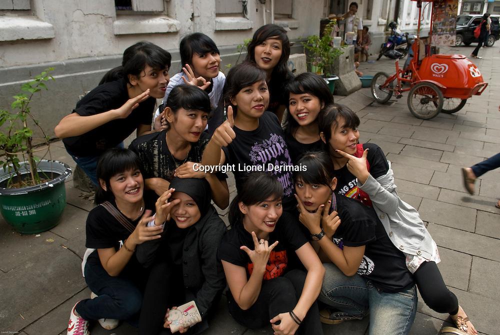 Groupe de jeunes filles et garcons pres de la place Fatahillah, Jakarta Nord.   Youth near Fatahillah square, Jakarta Kota.