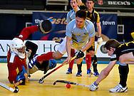 Ian Mackay de la Reading incearca sa inscrie in semifinala impotriva celor de la Beeston, din cadrul Super Sixes Finals la hockey in sala, duminica, 30 ianuarie 2011. BOGDAN MARAN / MMEDIAFAX FOTO