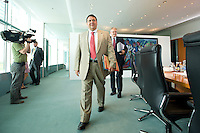 20 AUG 2008, BERLIN/GERMANY:<br /> Sigmar Gabriel, SPD, Bundesumweltminister, auf dem Weg zu seinem Platz, vor Beginn einer Kabinettsitzung, Kabinettsaal, Bundeskanzleramt<br /> IMAGE: 20080820-01-001<br /> KEYWORDS: Kabinett, Sitzung