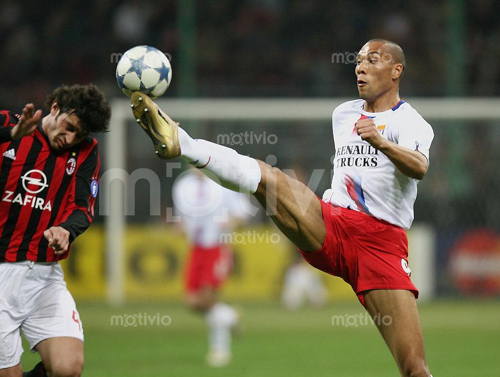 FUSSBALL Champions League 2005/2006 Viertelfinal Rueckspiel AC Mailand 3-1 Olympique Lyon  Jeremy Clement (L,re) gegen Kakha Kaladze (AC)