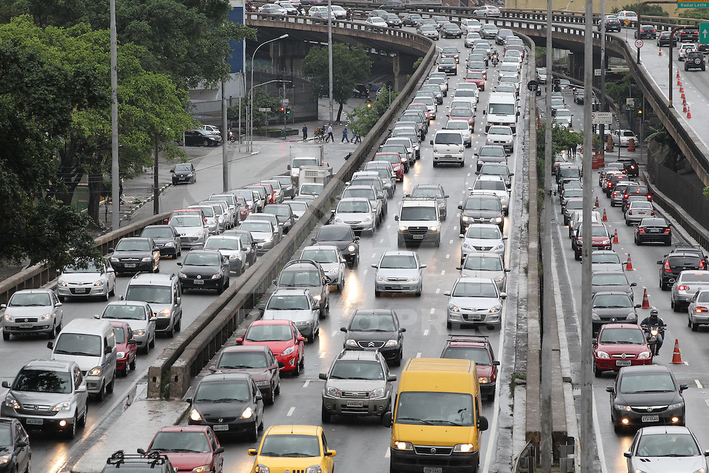 SAO PAULO, SP, 18 MARÇO DE 2013, TRANSITO. T Trânsito carregado na ligação Leste Oeste, altura do bairro da Liberdade, região central de São Paulo na manha dessa segunda-Feira (18) . FOTO: LUIZ GUARNIERI/ BRAZIL PHOTO PRESS.