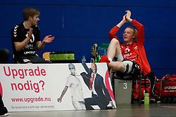 20170225 NED: Eredivisie, Valei Volleybal Prins - Coolen - Alterno: Ede<br />Felix Meuer of Valei Volleybal Prins juicht zijn team toe na geblesseerd, enkel uitgevallen te zijn.<br />©2017-FotoHoogendoorn.nl / Pim Waslander