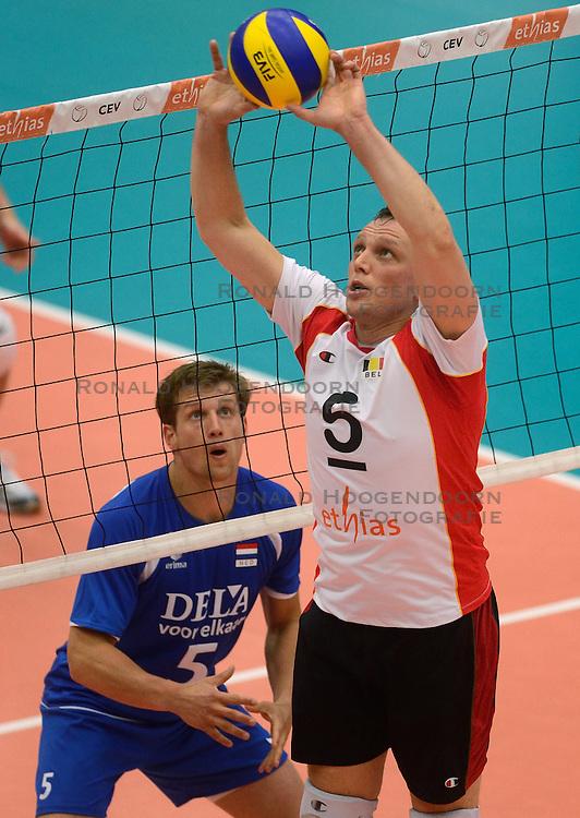 17-05-2013 VOLLEYBAL: BELGIE - NEDERLAND: KORTRIJK<br /> Nederland wint de eerste oefenwedstrijd met 3-0 van Belgie / Jelte Maan en Frank Depestele<br /> &copy;2013-FotoHoogendoorn.nl