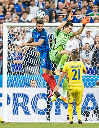 10.06.2016, Stade de France, St. Denis, FRA, UEFA Euro, Frankreich, Frankreich vs Rumaenien, Gruppe A, im Bild 1:0 durch Olivier Giroud (FRA), Ciprian Tatarusanu (ROU), Dragos Grigore (ROU) // 1:0 durch Olivier Giroud (FRA), Ciprian Tatarusanu (ROU), Dragos Grigore (ROU) during Group A match between France and Romania of the UEFA EURO 2016 France at the Stade de France in St. Denis, France on 2016/06/10. EXPA Pictures © 2016, PhotoCredit: EXPA/ JFK