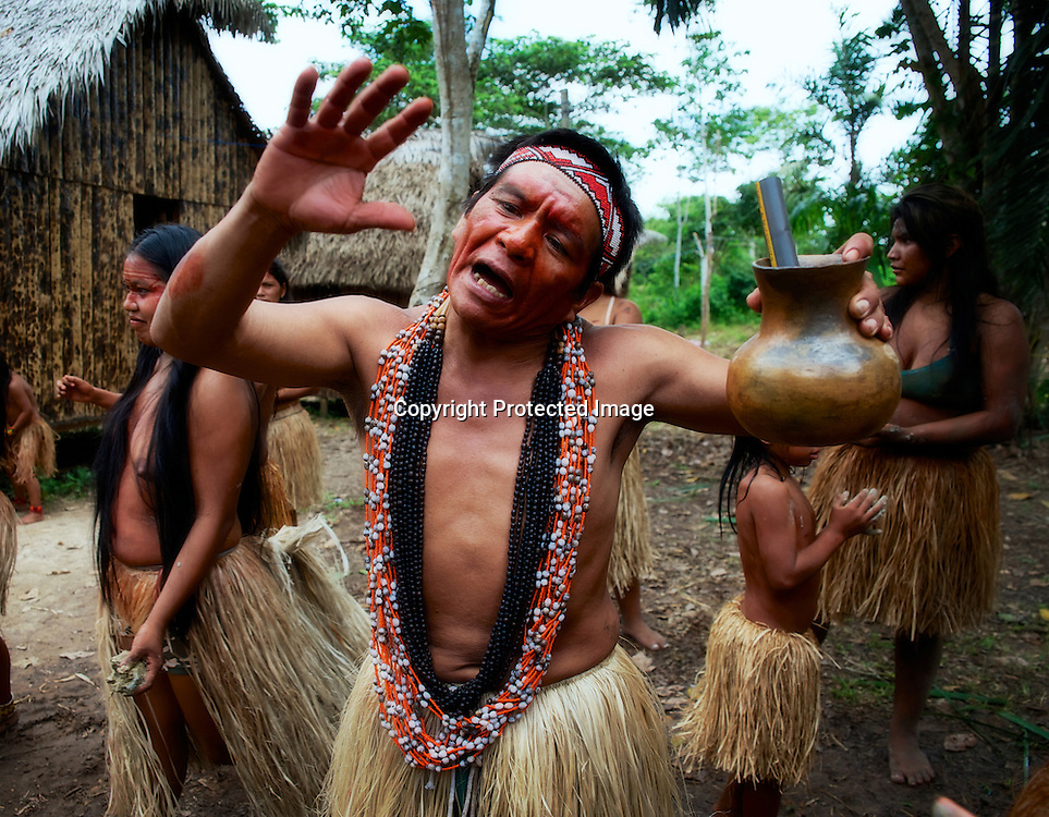 Fete yawanawa. Chaque année, une semaine de jeux, de danses, de chants et de rituels réunie plus de 1000 personnes.  | Festa Yawanawa.  Cada  ano uma grande festa de gogos, danças, cantos e ceremonias junte mais 1000 pessoas.