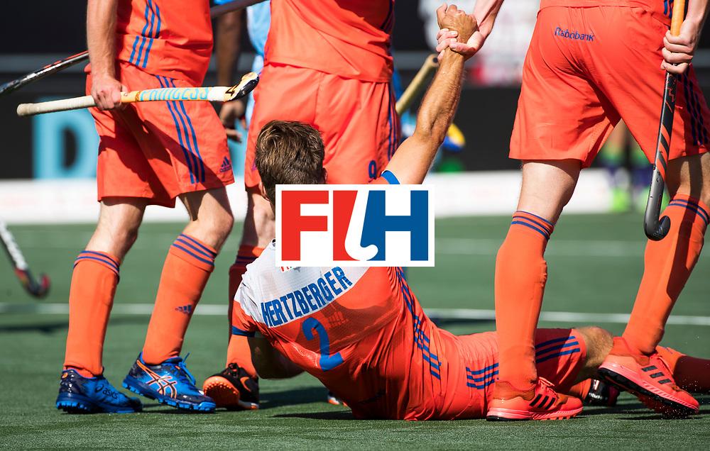 BREDA - Jeroen Hertzberger (Ned) wordt overeind geholpen nadat zijn doelpunt is afgekeurd door  scheidsrechter Gareth Greenfield, tijdens Nederland- India (1-1) bij  de Hockey Champions Trophy. India plaatst zich voor de finale.  COPYRIGHT KOEN SUYK