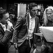 NLD/Hilversum/20130930 - Repetitie Metropole Orkest voor concert, L.A. the Voices, Remko Harms, Richy Brown, Roy van den Akker en Peter William Strykes in gesprek met dirigent Maurice Luttikhuizen