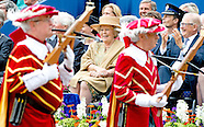 DEFILE IN APELDOORN MET PRINSES BEATRIX