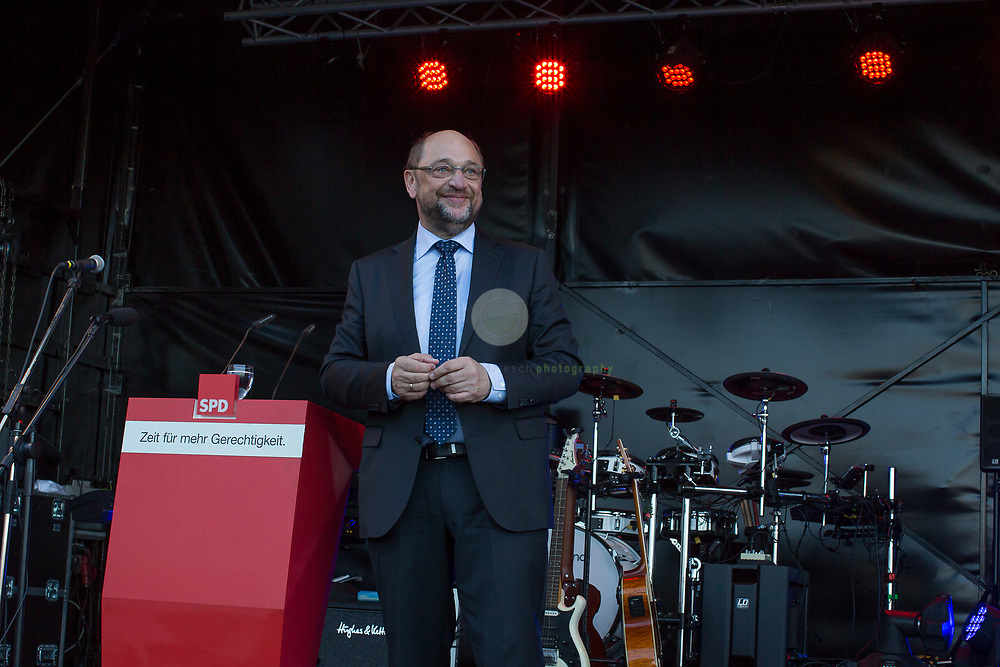 Zum Auftakt der heissen Wahlkampfphase besucht SPD-Kanzlerkandidat Martin Schulz zusammen mit Manuela Schwesig, Ministerpraesidentin des Landes Mecklenburg-Vorpommern, das Ozeaneum Stralsund und anschliessend ein Buergerfest auf der Hafeninsel. Dort halt er eine kaempferische Rede und attackiert Angela Merkel mehrfach fuer ihren Politikstil. Hier Schulz nach Abschluss seiner Rede.