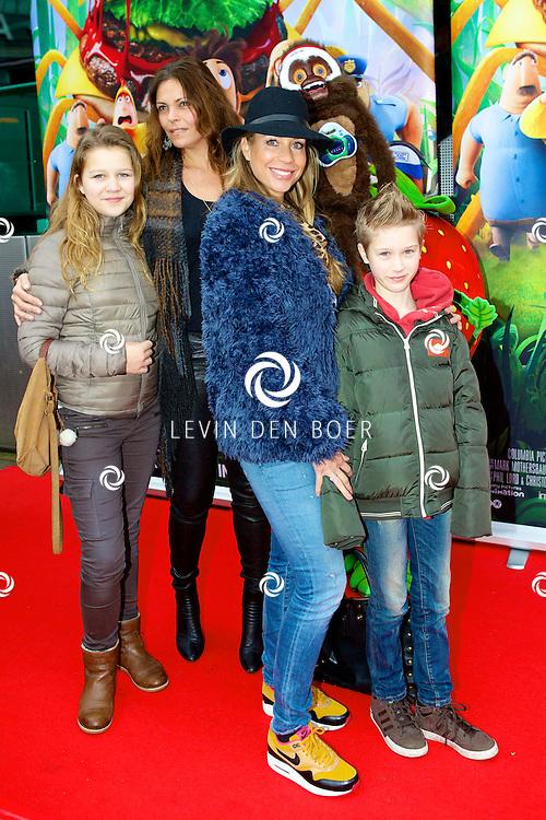 AMSTERDAM - In Pathé ArenA is de film 'Het Regent Gehaktballen 2' in premiere gegaan.  Met op de foto Renée Vervoorn (met hoed) en kind. FOTO LEVIN DEN BOER - PERSFOTO.NU