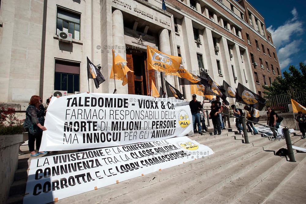 Roma 8 Maggio 2012  .Giornata mondiale contro la vivisezione e per la chiusura di Green Hill, davanti  l'Istituto Superiore di sanita', il massimo organismo responsabile della vivisezione in Italia  organizzata dal Partito Animalista Europeo.