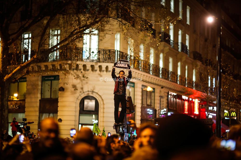 Place de la R&eacute;publique, 7-8 janvier 2015, rassemblement spontan&eacute; apr&egrave;s l&rsquo;attentat &agrave; Charlie Hebdo.<br /> L&rsquo;attentat contre Charlie Hebdo est une attaque terroriste islamiste perp&eacute;tr&eacute;e contre le journal satirique Charlie Hebdo par Ch&eacute;rif et Sa&iuml;d Kouachi le 7 janvier 2015 &agrave; Paris, jour de la sortie du num&eacute;ro 1 177 de l&rsquo;hebdomadaire. C&rsquo;est le premier des attentats de janvier 2015 en France.
