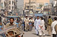 19 OCT 2001, RAWALPINDI/PAKISTAN:<br /> Strassenszenen in Rawalpindi in der Naehe von Islamabad<br /> IMAGE: 20011019-02-018