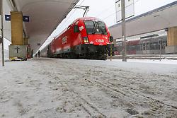THEMENBILD - Winter in Wien, Österreich. Aufgrund von Schneefall kommt es in Wien zu einem Verkehrschaos und viele Züge sind verspätet, aufgenommen am 09. Februar 2015, . im Bild ein Bahnsteig // Winter in Vienna, Austria. The image was taken on 2015/02/09. AUT, EXPA Pictures © 2015, PhotoCredit: EXPA/ Sebastian Pucher