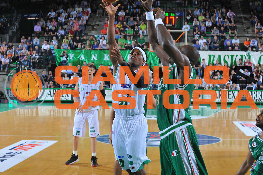 DESCRIZIONE : Treviso Lega A 2009-10 Playoff Quarti di Finale Gara 3 Benetton Treviso Montepaschi Siena<br /> GIOCATORE : Bobby Dixon<br /> SQUADRA : Benetton Treviso<br /> EVENTO : Campionato Lega A 2009-2010 <br /> GARA : Benetton Treviso Montepaschi Siena<br /> DATA : 24/05/2010<br /> CATEGORIA : Tiro<br /> SPORT : Pallacanestro <br /> AUTORE : Agenzia Ciamillo-Castoria/M.Gregolin<br /> Galleria : Lega Basket A 2009-2010 <br /> Fotonotizia : Treviso Lega A 2009-10 Playoff Quarti di Finale Gara 1 Benetton Treviso Montepaschi Siena<br /> Predefinita :