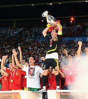 FUSSBALL EUROPAMEISTERSCHAFT 2008  Deutschland 0-1  Spanien    29.06.2008 JUBEL ESP, David Villa, Sergio Ramos und Kapitaen Iker Casillas mit EURO Pokal, Coupe Henri Delaunay und Ruben de la Red  (v.li.)