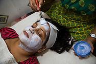 """Tvåbarnsmamman Neetu Singh, 32, arbetar på skönhetssalongen Beauty Parlour i Mumbai. Hon bleker sitt ansikte och sina armar en gång i halvåret, oftast i samband med en större högtid. Orsaken är att se vitare ut. Lika ljus som personerna i reklamen och alla filmer. """"Det är egentligen ingen orsak bakom. Vi vill bara se vita ut."""""""