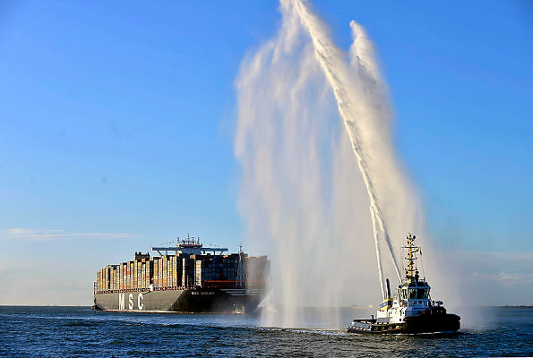 Nederland, Rotterdam, 3-3-2015 Aankomst van het grootste containerschip ter wereld, de MV Oscar van MSC in de haven van Rotterdam.  Lengte van 396 meter, breedte van 59 meter, diepgang van 16 meter en een capaciteit van 19.224 zeecontainers. Voor de eerste keer in de Rotterdamse haven en wordt welkom geheten door blusschepen.Foto: Flip Franssen/ Hollandse Hoogte