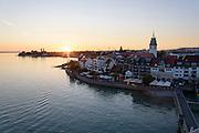 Stadt und See bei Sonnenuntergang, Friedrichshafen, Bodensee, Baden-Württemberg, Deutschland