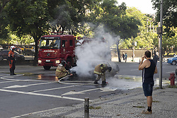 December 17, 2018 - Rio De Janeiro, Brazil - RIO DE JANEIRO, RJ - 17.12.2018: INCENDIO CARRO RJ - Car catches fire on Rad Street. Waldir Amaral in Vila Isabel, near the UERJ Campus. The Accident caused traffic turmoil in the Region, the street was closed to the firefighter, in Rio de Janeiro, RJ. (Credit Image: © Celso Pupo/Fotoarena via ZUMA Press)