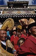 Mongolia. Maidar Buddhist ceremony  Erden Zuu, Karakorum      /  Procession boudhiste du Maidar.  (Monastère de Erdeni Zuu à Qaraqorin (Karakorum) Mongolie ), Fumigation d'encens. Dans un grand brûle-parfum d'extérieur, les moines font brûler de l'encens de genévrier très odorant, symbole de purification. Les laïcs viennent le respirer soit directement en penchant la tête, ou bien en dirigeant la fumée par des mouvements de mains ou de chapeau vers leur visage.  /  98       P0007417