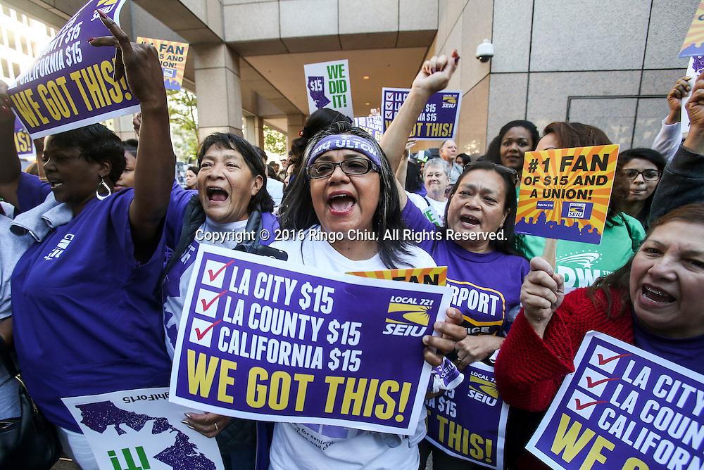 4月4日,在美国洛杉磯,最低时薪法案支持者在庆祝。当天,加州州长杰里&middot;布朗在勞工領袖、商界代表和民選官員們共同見證下簽署了15美元最低时薪法案。法案生效后加州的法定最低时薪将会在2022年从现在的10美元上升到15美元,成为全美最高最低时薪的一州。新华社发 (赵汉荣摄)<br /> Supporters celebrate after California Governor Jerry Brown signed landmark legislation SB 3 into law on April 4, 2016 in Los Angeles, California, the United States. The law makes California the first state in the nation to commit to raising the minimum wage to $15 per hour statewide in 2022. (Xinhua/Zhao Hanrong)(Photo by Ringo Chiu/PHOTOFORMULA.com)<br /> <br /> Usage Notes: This content is intended for editorial use only. For other uses, additional clearances may be required.