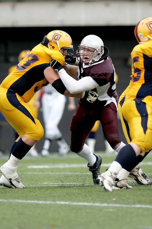 (06/10/2007--Ottawa) University of Ottawa Gees Gees men's football team defeating the Queen's University Golden Gaels 13-12. The player photographed in action is \mf