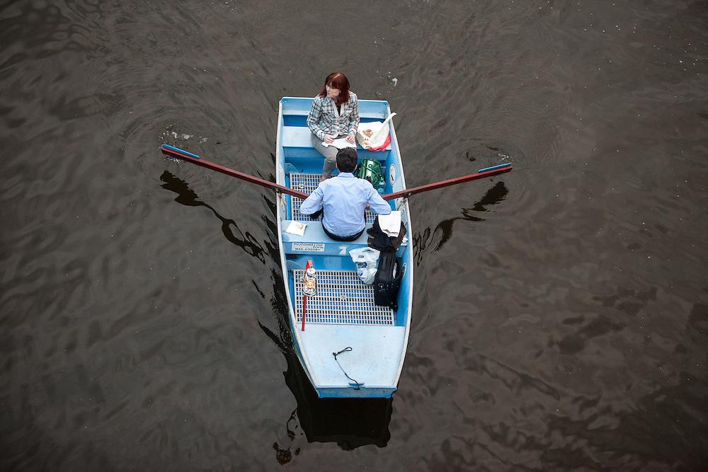 Paar rudert auf der Moldau.