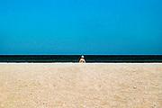 Griekenland, Kreta, 2-6-2005..Zon, zee en zand. Strand met vrouw in bikini op het oostelijke deel van het eiland. vakantie, vakantieeiland, vakantiebestemming, blauwe lucht. Rust, uitrusten, ontspannen, bijkomen van stress, hectiek van werk, werkdruk, jachtig leven...Foto: Flip Franssen