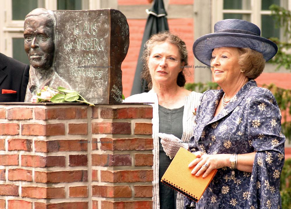 Die niederländische Königin Beatrix bei einem Besuch in der Elbestadt Hitzacker. Ihr verstorbener Mann Claus von Amsberg war ihr geboren und aufgewachsen...Dutch Queen Beatrix during her visit in Hitzacker, Germany. Her died Husband Claus von Amsberg (statue) was born in Hitzacker.
