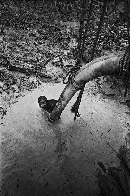 French guyana, dorlin, inini.<br /> <br /> Exploitation aurifere. La terre est retournee et lavee a la recherche de paillettes qui seront amalgamees par addition de mercure.<br /> Christiane TAUBIRA, depute de Guyane, publie un rapport : &laquo; Si l'on prend en compte les couts environnementaux, sanitaires et sociaux engendres par cette activite, on peut s'interroger sur la valeur ajoutee creee par l'activite aurifere&hellip; La ou il n'y a pas moyen de faire autre chose, on ne va pas dire aux gens : crevez de faim ou allez emarger au RMI &raquo;. <br /> Les orpailleurs du Syndicat Minier de l&rsquo;Ouest Guyanais, soulignent pour leur part que l&rsquo;activite aurifere est le seul secteur productif capable d&rsquo;absorber une main d&rsquo;&oelig;uvre abondante et peu formee. Elle permet a la population locale de ne plus dependre du versement des diverses prestations sociales qui constituent l&rsquo;essentiel des revenus des familles. Les efforts entrepris par certains pour assainir et moderniser la profession se heurtent pourtant aux limites de la legalite.