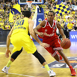 15.11.2015, Mercedes Benz Arena, Berlin, GER, Alba Berlin vs FC Bayern Muenchen, 4. Runde, im Bild Mitchell Watt (#50, Alba Berlin), Alex Renfroe (#12, FC Bayern Muenchen) // during the Beko Basketball Bundes league 4th round match between Alba Berlin and FC Bayern Muenchen at the Mercedes Benz Arena in Berlin, Germany on 2015/11/15. EXPA Pictures © 2015, PhotoCredit: EXPA/ Eibner-Pressefoto/ Hundt<br /> <br /> *****ATTENTION - OUT of GER*****