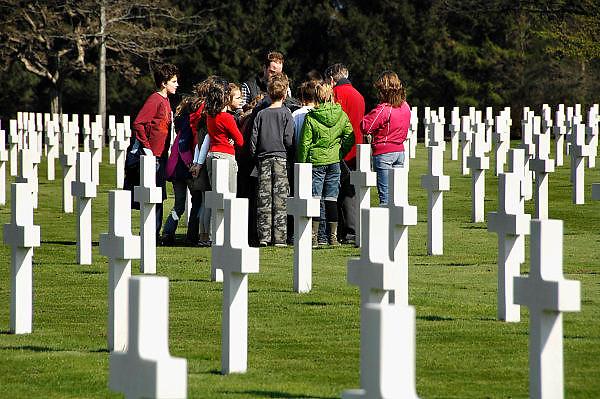 Nederland, Margraten, 26-3-2007..Een groep scholieren met een leraar geschiedenis krijgen les op het amerikaans militair oorlogskerkhof...Foto: Flip Franssen/Hollandse Hoogte