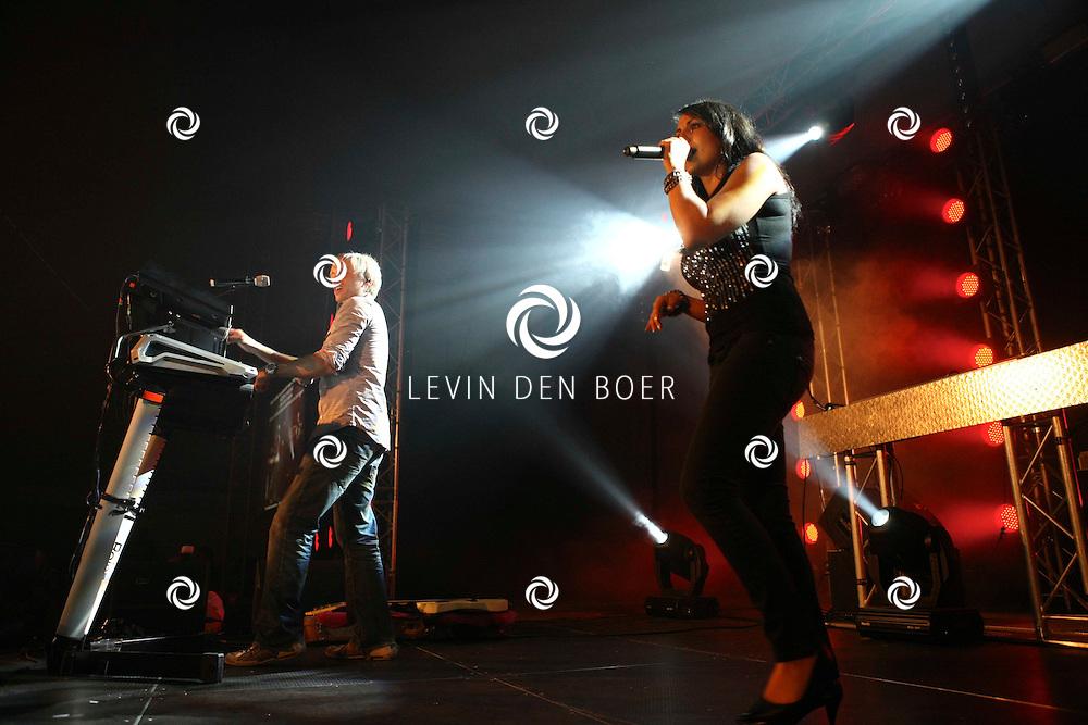 ALEM - Op alempop trad Milk Inc op met zanger Regi Penxten en zangeres Linda Mertens uit Belgie. FOTO LEVIN DEN BOER - PERSFOTO.NU