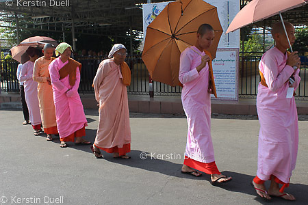 Daily routine in the Mahasi Sasana Yeiktha centre: Procession to lunch at 10:30 - Burmese nuns -  Thilashin
