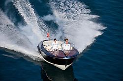 Unsinkbares, klassisches Motorboot, das sich durch klares, zeitloses Design hervorhebt. Gebaut durch Pius Waeger. Mit modernster Technik wird der Verwendungszweck des Bootes erweitert, wie<br /> - ausfahrbare Badeplattform mit integrierter Badeleiter<br /> - versenkbarer Tisch<br /> - Kabine mit 2 Kojen <br /> mehr bei:www.holzboote.ch